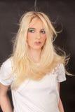 Gentille femme avec piloter de longs cheveux Photographie stock libre de droits