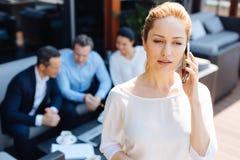 Gentille femme d'affaires attirante parlant au téléphone Photos libres de droits