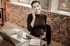 Gentille femme d'affaires professionnelle joyeuse discutant des questions de travail photo libre de droits