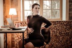 Gentille femme enceinte sentant le début du travail photo libre de droits
