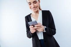 Gentille femme gaie introduisant un message Image stock