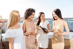 Gentille femme heureuse tenant une bouteille de champagne Photo stock