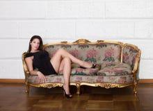 Gentille femme s'asseyant sur le salon photos stock
