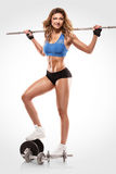 Gentille femme sexy faisant la séance d'entraînement avec la grande haltère, retouchée photos libres de droits