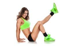 Gentille femme sexy faisant la séance d'entraînement, s'étendant (retouché) photos libres de droits