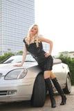Gentille fille avec le véhicule de cabriolet Images libres de droits