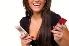 Gentille fille caucasienne avec le téléphone portable Image stock