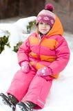 Gentille fille d'enfant en bas âge dans le chapeau de rose de l'hiver Photographie stock