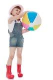Gentille fille dans des bottes en caoutchouc et shorts tenant a images stock