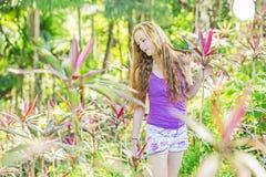 Gentille fille dans la forêt tropicale ensoleillée images stock