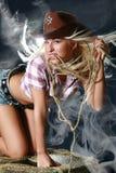Gentille fille dans un chapeau de cowboy Photographie stock libre de droits
