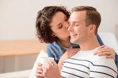 Gentille fille embrassant son ami Photo libre de droits