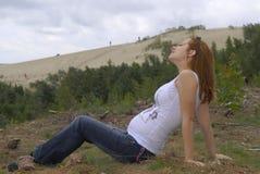 Gentille fille en dunes Photographie stock libre de droits