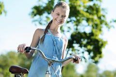 Gentille fille gaie se sentant heureuse photos libres de droits