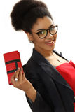 Gentille fille noire avec une bourse dans une main photographie stock