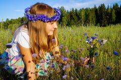 Gentille fille parmi des wildflowers et des papillons Photos libres de droits