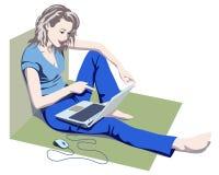 Gentille fille regardant l'écran d'ordinateur portatif Photographie stock