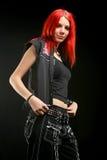 Gentille fille rouge de cheveux dans la robe noire avec la chemise vide Photo stock