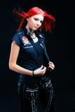 Gentille fille rouge de cheveux dans la robe noire avec la chemise vide Photo libre de droits