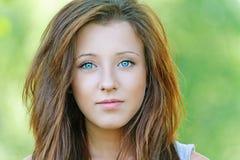 Gentille jeune femme images stock