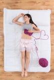 Gentille jeune femme dormant dans le lit Photo libre de droits