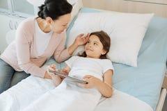 Gentille mère joyeuse s'inquiétant de sa fille Image libre de droits
