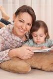 Gentille maman avec le descendant Images libres de droits