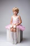 Gentille petite ballerine posant avec des pointes Photographie stock