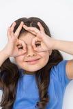 Gentille petite fille faisant des gestes et jouant Photos libres de droits