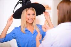 Gentilles filles ayant la partie de Halloween photographie stock