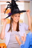 Gentilles filles ayant la partie de Halloween image stock