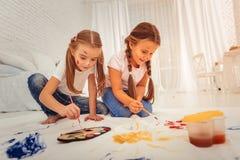 Gentilles filles positives ayant un passe-temps créatif images stock