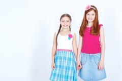 Gentilles filles se tenant ensemble Photographie stock