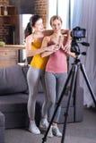 Gentilles jeunes femmes pratiquant le yoga Photo libre de droits