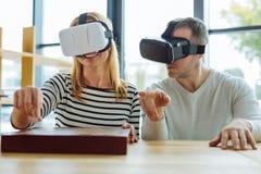 Gentilles personnes positives jouant des échecs virtuels Image libre de droits