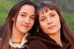 Gentilles soeurs en parc Photographie stock libre de droits