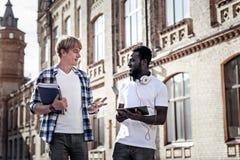 Gentils étudiants masculins parlant entre eux Photos libres de droits