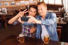 Gentils amis buvant de la bière Image stock