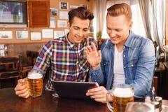 Gentils amis buvant de la bière Photos stock