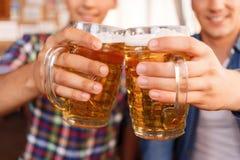Gentils amis buvant de la bière Photos libres de droits