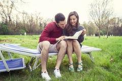 Gentils amis de couples détendant et étreignant Photo libre de droits