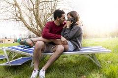 Gentils amis de couples détendant et étreignant se reposer Photos libres de droits