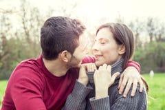Gentils amis de couples détendant et embrassant Photos stock