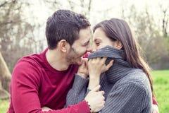 Gentils amis de couples détendant et embrassant Photo libre de droits