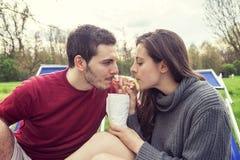 Gentils amis de couples détendant le boire ensemble Photographie stock