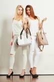 Gentils amis féminins avec des sacs à main Photographie stock