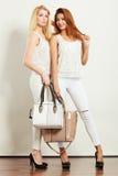 Gentils amis féminins avec des sacs à main Photographie stock libre de droits