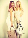 Gentils amis féminins avec des sacs à main Photos stock