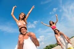 Gentils amis gais ayant l'amusement sur la plage Photo libre de droits