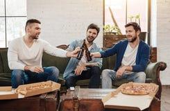 Gentils amis heureux encourageant avec de la bière Images libres de droits